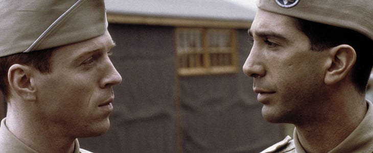 Damian Lewis et David Schwimmer dans Frères d'armes (Band of Brothers