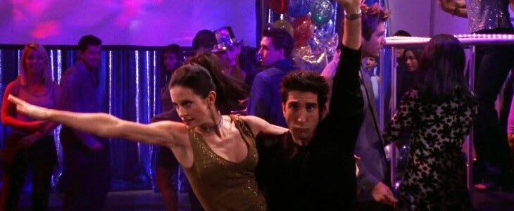 """Monica et Ross, pendant leur """"routine"""" dans Friends."""