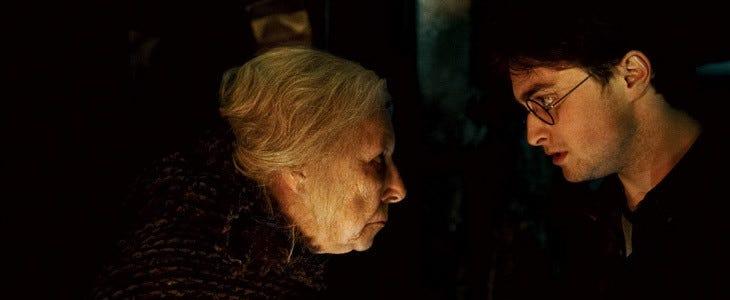 Harry Potter face à Nagini dans le corps de Bathilda