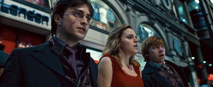 Le trio à Piccadilly Circus dans Harry Potter et les Reliques de la Mort, partie 1.