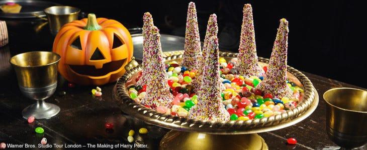 Les tables de la Grande Salle sont décorées pour Halloween au Studio Tour Harry Potter