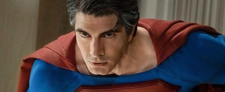 L'acteur Brandon Routh dans le costume de Superman dans le crossover de l'Arrowverse
