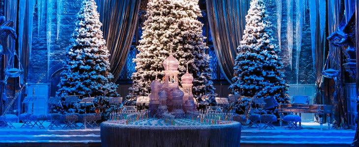 La Grande Salle du Studio Tour Harry Potter décorée pour Noël