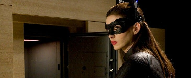 Anne Hathaway incarne Catwoman.