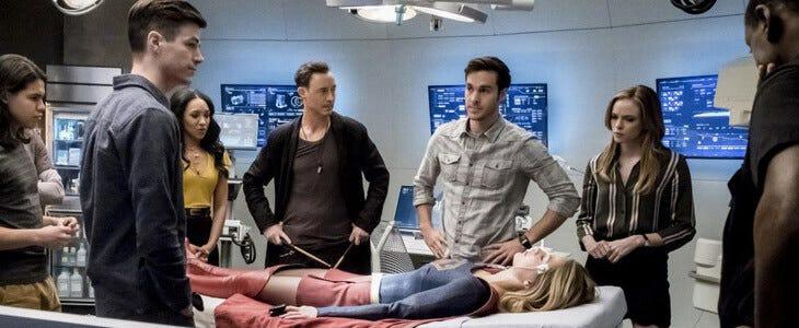 Grant Gustin et Chris Wood dans la série Flash.