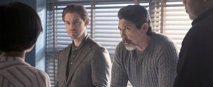 Tom Payne et Lou Diamond Phillips dans la saison 1 de Prodigal Son