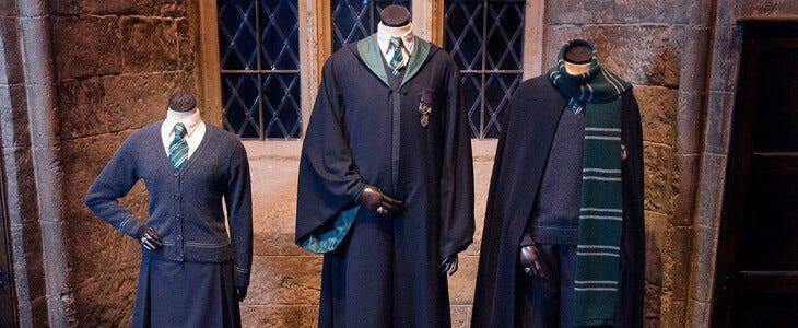 Costumes des élèves de Serpentard exposés dans la Grande Salle